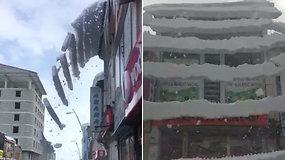 Pasijuto lyg per žemės drebėjimą – nustebino nuo stogo krintantis unikalios struktūros sniegas