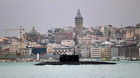 Rusijos povandeninis laivas su raketomis praplaukė pro Bosforo sąsiaurį – jį lydėjo Turkijos apsaugos laivai