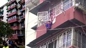 Drąsi sesutė išgelbėjo brolio gyvybę: pro penkto aukšto langą išlipęs berniukas nebegalėjo įlipti atgal