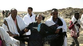 """""""Ethiopian Airlines"""" aviakatastrofos vietoje nesiliauja širdį draskančios artimųjų raudos"""