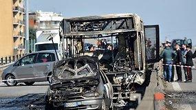 Italijoje vairuotojas užgrobė ir padegė pilną vaikų mokyklinį autobusą