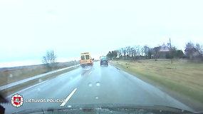 Užfiksuota, kaip skubantis mokyklinis autobusiukas nepaiso kelių eismo taisyklių