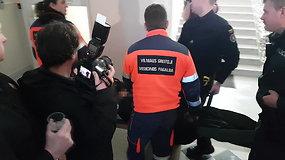 Teisme per Sausio 13-osios nuosprendžio skelbimą medikai ant neštuvų išnešė advokatą