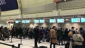 Tūkstančiai oro uoste likimo valiai paliktų keleivių buvo pasibaisėję  – pigių skrydžių avialinijos atšaukė visus skrydžius