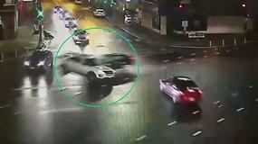 Girtas vairuotojas dideliu greičiu įsirėžė į policijos automobilį – pareigūnai siunčia perspėjimą
