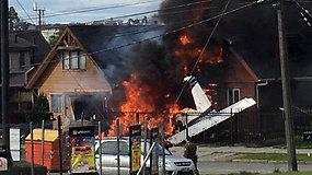 Lengvasis lėktuvas sprogo įsirėžęs į gyvenamąjį namą – žuvo visi orlaivyje buvę asmenys
