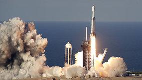 """Idealus galingiausios raketos-nešėjos skrydis: saugiai nusileido visi trys """"Falcon Heavy"""" moduliai"""