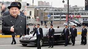 Raudonas kilimas, garbės sargyba ir bėgantys apsaugininkai: Kim Jong Unas atvyko į Vladivostoką
