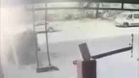 Paviešinta dramatiška akimirka: iš daugiaaukštės stovėjimo aikštelės iškrito BMW automobilis