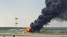 Nelaimė Maskvoje: Šeremetjevo oro uoste po avarinio nusileidimo užsidegė keleivinis lėktuvas