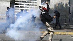 """""""Didžiausia Venesuelos istorijoje"""" demonstracija prieš N.Maduro: nušauta moteris, sužeisti 46 žmonės"""