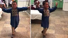 8 mėn. kojos netekusio penkiamečio laimės šokis gavus protezą tapo internetine sensacija