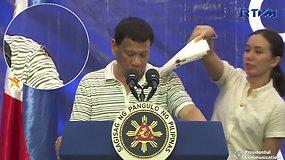 Kuriozas, sutrikdęs Filipinų prezidento kalbą, prajuokino susirinkusius – patarėja sureagavo žaibiškai