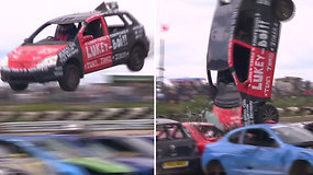 Rizikavo gyvybėmis dėl 65 USD: nutrūktgalviai vairuotojai šokinėjo su ir per aprūdijusius automobilius