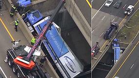 Greitkelyje ant viaduko pavojingai pakibo krovininis automobilis