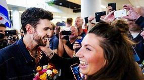 """""""Eurovizijos"""" nugalėtojas Duncanas Laurence'as grįžo namo – šūksniais pasitiko didžiulė gerbėjų minia"""