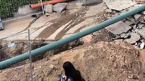 Vilniuje, Dubingių g. vandentiekio avarija – vanduo lieja kiemą