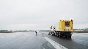 Pamatykite, kaip atrodo oro uosto ženklinimo valymas aukštu vandens slėgiu