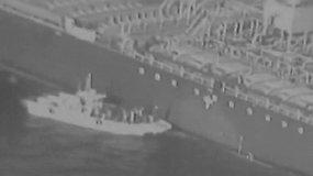 JAV paviešino vaizdo įrašą, kuriame Irano kariuomenė nuo tanklaivio pašalina nesprogusią miną