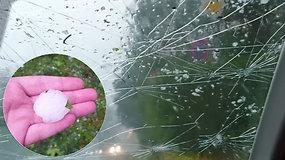 """Vairuotojas stebėjo, kaip stalo teniso """"kamuoliukai"""" negailestingai talžo automobilio priekinio lango stiklą"""