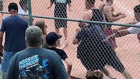 Policininkai pasišlykštėjo – 7-mečių beisbolo mače tėvai sukėlė masines muštynes
