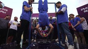 Stebėjo sulaikę kvapą: sakartvelietis pasiekė naują Rubiko kubo dėliojimo rekordą