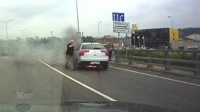 Nufilmuota akimirka, kai Vilniuje užsiliepsnojo automobilis