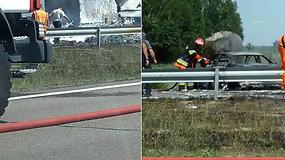 Ugniagesiai gesina greitkelyje Vilnius–Ukmergė sprogusį sunkvežimį – per avariją žuvo žmogus
