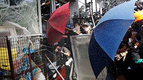 Honkonge protestuotojai įsiveržė į vietos parlamento pastatą