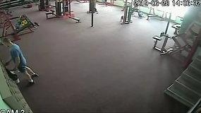 Užfiksuota, kaip sporto klube vyras iš spintelės pavogė kito sportuojančio vyro pinigus