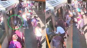 Paviešinta kraują stingdanti akimirka – perspėjimas tėvams: keturmetis nukrito po traukiniu