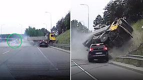 Sostinėje apsivertus sunkvežimiui – pagalbos prašymas: gal kas atpažins įžūlų vairuotoją?