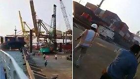 Uoste darbuotojai bėgo nuo galimos nelaimės – konteinerinis laivas rėžėsi ir nuvertė didžiulį kraną