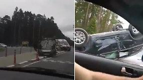 """Skaudi avarija ties Palanga: po susidūrimo """"Volvo"""" apsivertė ant stogo"""