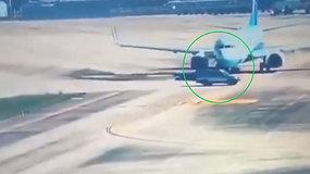 Per plauką nuo nelaimės: užfiksuota, kaip oro uoste lėktuvas vos nesusidūrė su visureigiu