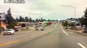 Išsigandę vairuotojai suskubo stabdyti: ant intensyvaus eismo kelio nusileido lėktuvas
