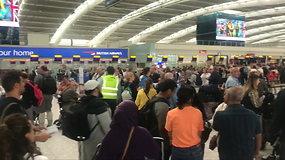 Londono oro uostuose susidarė ilgos keleivių eilės – tūkstančiai negali išskristi