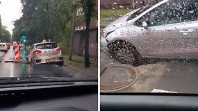 Šlapias ir nesėkmingas rytas Vilniuje: per liūtį – apmaudi mokomojo automobilio klaida