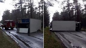 Už Juodkrantės apsivertė sunkvežimis – užfiksuota, kaip jis traukiamas nuo kelio