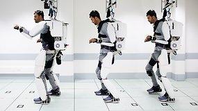 Nuo kaklo paralyžiuotas vyras kontroliuodamas mintis vėl gali vaikščioti – mokslininkai sukūrė įspūdingą egzoskeletą