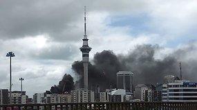 Naujosios Zelandijos Oklandą apgaubė tirštų aitrių juodų dūmų debesys
