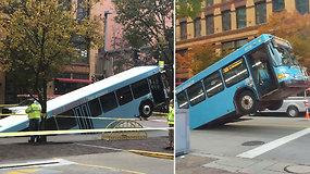 Pasivažinėjimas baigėsi netikėtai: didžiulė smegduobė prarijo autobusą