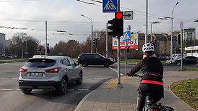 Vairuotojai sutrikę: papildomos žalios rodyklės sankryžose vis dar kelia sumaištį