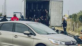 Sunkvežimio priekaboje su šaldytuvu aptiktas 41 migrantas – vairuotojas sulaikytas