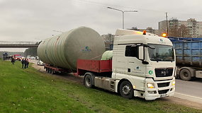 Sostinėje pro viaduką nepralindo sunkvežimis: kaip įvyko nelaimė – mįslė