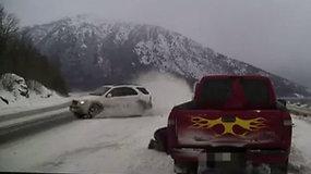 Kalėdos galėjo baigtis tragiškai, kai paslydęs automobilis per plauką nekliudė vyro – policija perspėjo vairuotojus