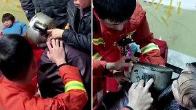 Ugniagesiai sulaukė neįprasto iškvietimo: teko gelbėti arbatinuke įstrigusio mažylio galvą