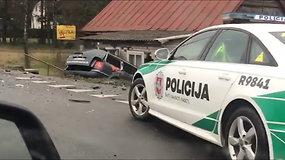 Per avarija VW automobilis įlėkė į pastatą