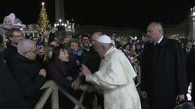 Popiežiaus Pranciškaus elgesys tapo sensacija: viešai atsiprašė už trinktelėjimą moteriai