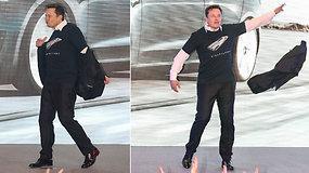 """Per """"Tesla"""" renginį E.Musko pademonstruoti keisti šokių judesiai tapo sensacija"""